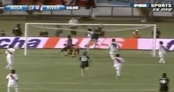 Gol de Palermo a River colgado del travesaño.