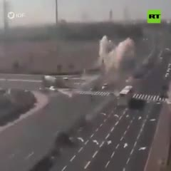 La impactante caída de un misil en plena ruta de Israel