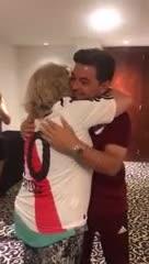 Gallardo abrazando a una abuela en Rosario