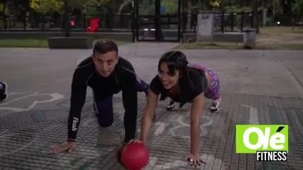 Una rutina de juegos con elementos, múltiples ejercicios en equipo y en pareja