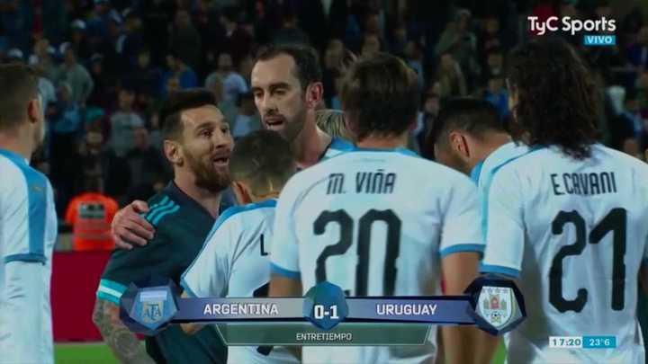 El cruce entre Messi y Cavani