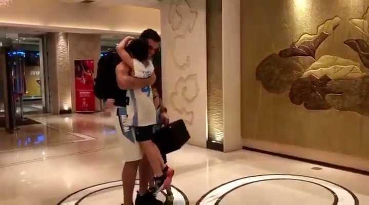 Así llegaba Luis Scola al hotel