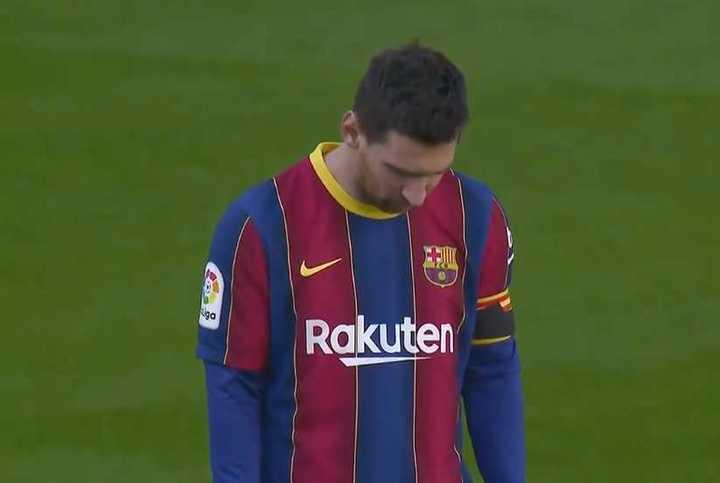 Un sentido Messi en el minuto de silencio por Diego Maradona en el Camp Nou