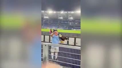 Los gestos fascistas del adiestrador del águila de la Lazio