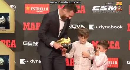 Thiago y Mateo le entregaron la Bota de Oro a papá Leo