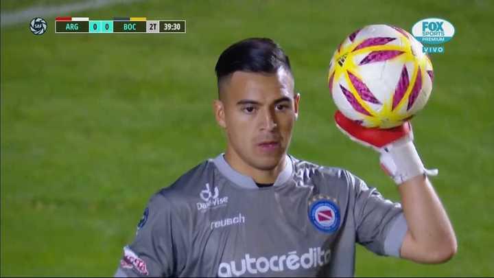 Chaves le sacó el gol a Villa y salió jugando