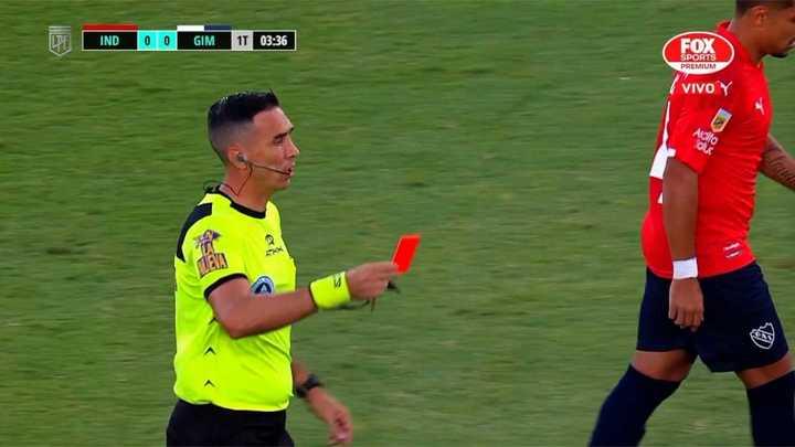 Pablo Dóvalo se equivocó y mostró la roja en vez de amarilla