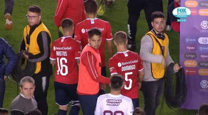 La gente de Independiente despidió al equipo con silbidos