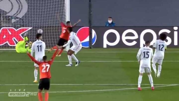 Varane en contra, marcó el segundo del Shakhtar