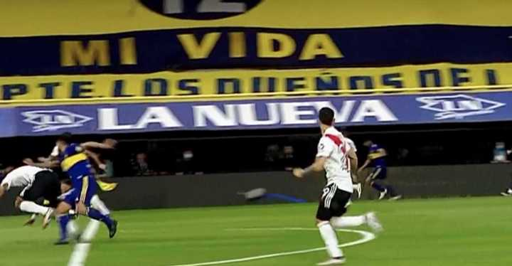 El empujón de Tevez en el gol de Boca