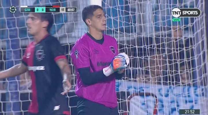 Otra vez Aguerre desvió un tiro libre de Ayala