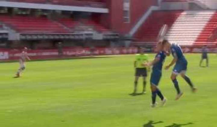 Tremendo choque de cabezas entre dos jugadores de Vélez