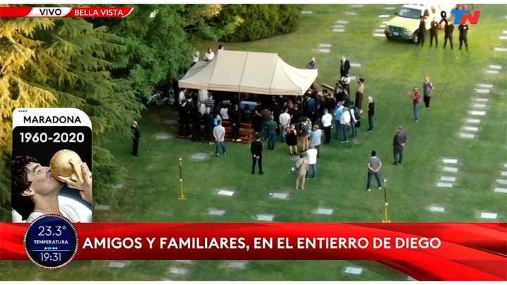 El inicio de la ceremonia del entierro a Maradona