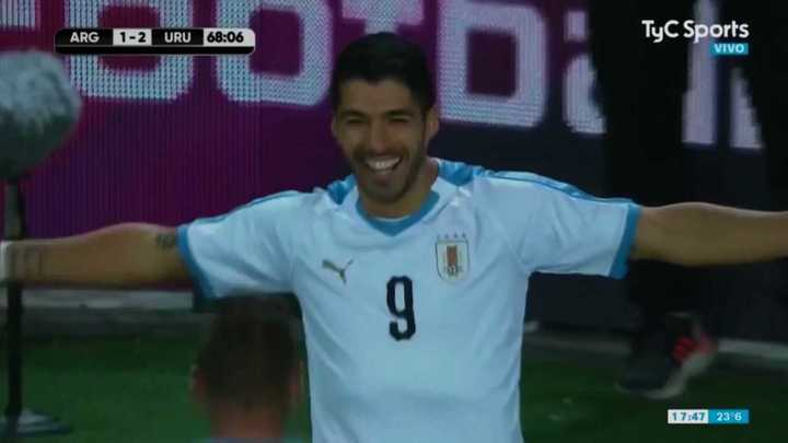 Golazo de tiro libre de Luis Suárez