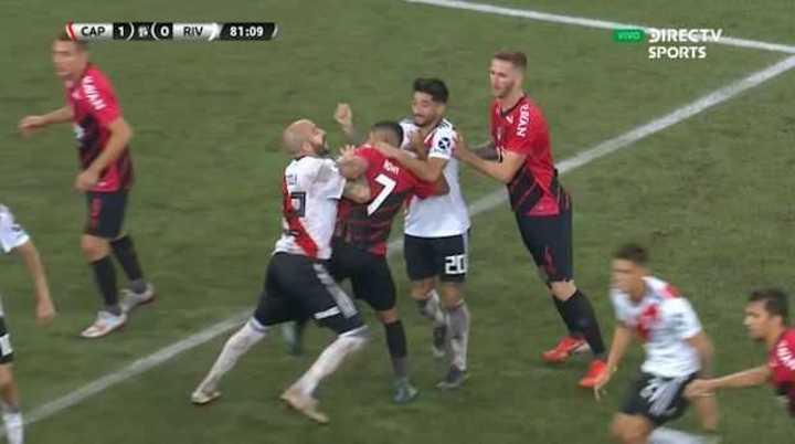 Casco golpeó a un rival y vio la roja