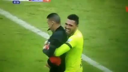 ¡Insólito! Un jugador del Tolima alzó al árbitro tras coronarse campeón