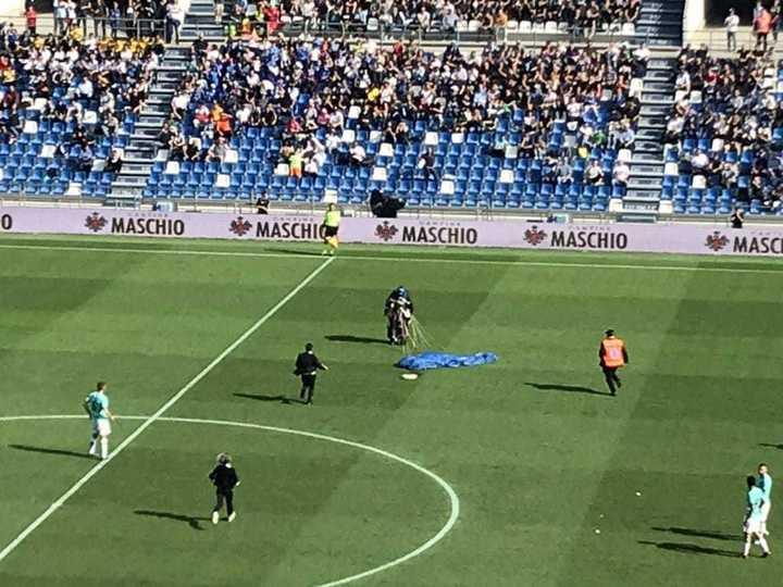 Un paracaidista cayó en pleno Sassuolo-Inter