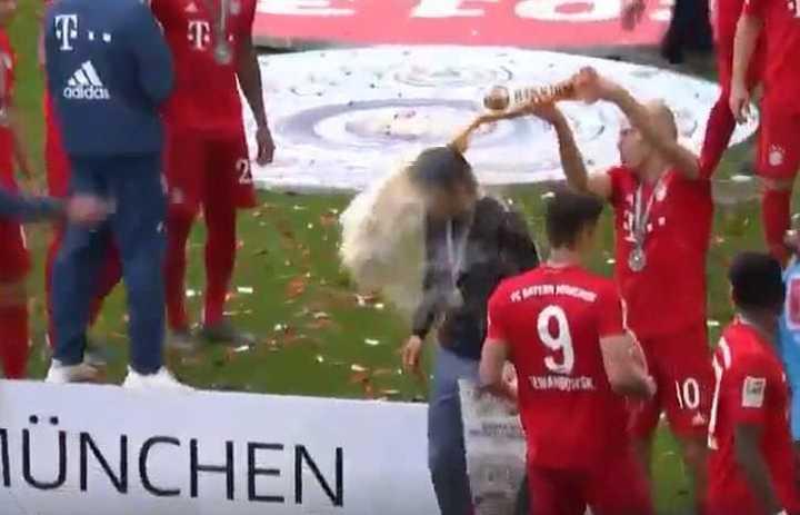 Robben lo bañó a Kovac en cerveza