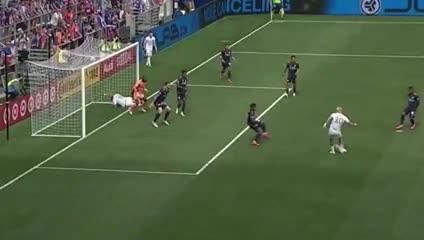 ¡Insólito! Higuaín impidió el gol de un compañero