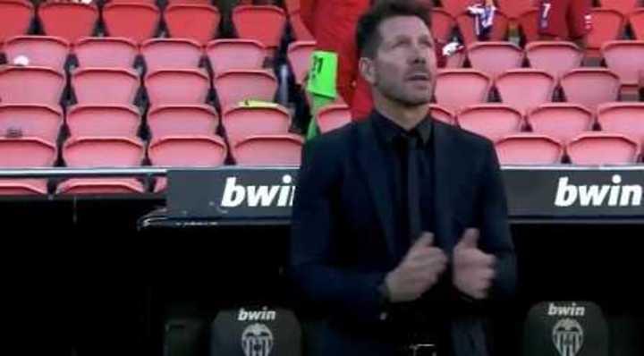 Simeone aplaudiendo en el minuto de silencio por Diego