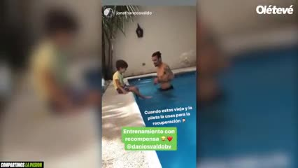 Osvaldo entrenando en una pileta