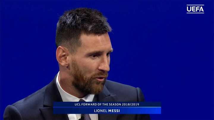 Messi recibió el premio al mejor delantero de la temporada