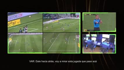 La revisión del VAR en el gol anulado a Montiel