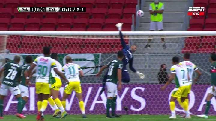 Weverton salvó a Palmeiras de un remate de Benítez