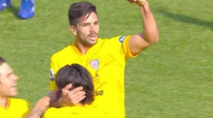 Gio Simeone y su penal en movimiento: puso el 2-1 del Cagliari ante Torino