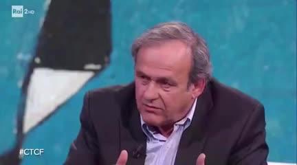 Platini y su dura mirada -en italiano- sobre el VAR