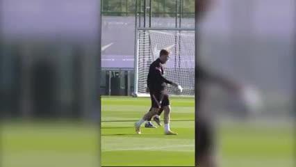 Leo haciendo jueguitos en el entrenamiento del Barsa
