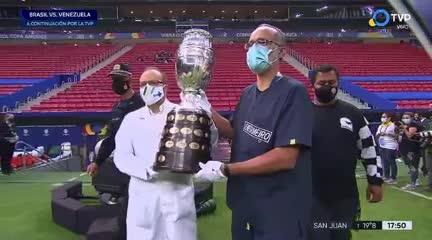 Un médico y un enfermero fueron los encargados de presentar el trofeo de la Copa América