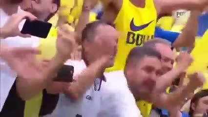 La mirada desafiante del Pity Martínez a los hinchas de Boca en la previa a la final de ida de Copa Libertadores.