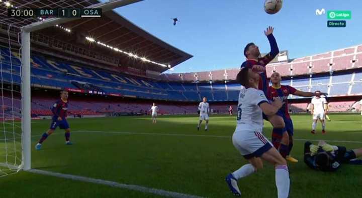 ¿Messi imitó la Mano de Dios en pleno partido?