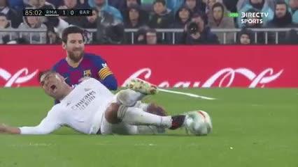 Patada de Messi y amarilla