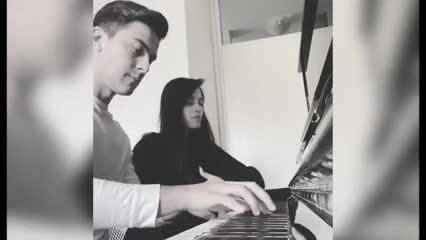 Dybala tocando el piano con Oriana