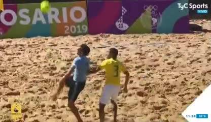 El golazo de Uruguay ante Brasil en el fútbol playa