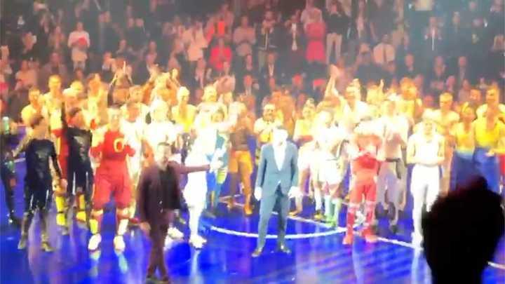 Lionel Messi salió a saludar al público al final de su show