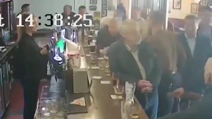 ¡McGregor golpeó a un hombre en un bar!