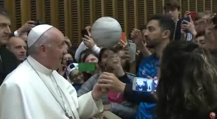 El Papa como un Globertrotter con la pelota de fútbol