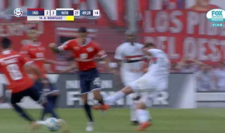 Alexis Rodríguez tiró un patadón y se salvó de la roja