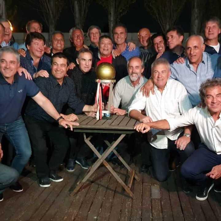 Lo campeones de América y de la Intercontinental 86, firmes junto a River en sus 119 años.
