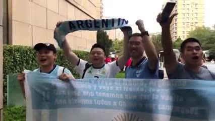 Los fanáticos chinos cantándole a Argentina