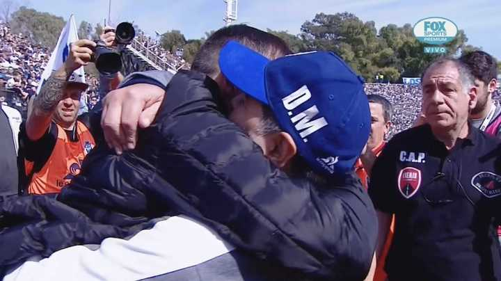 El abrazo de Maradona y el Chacho Coudet