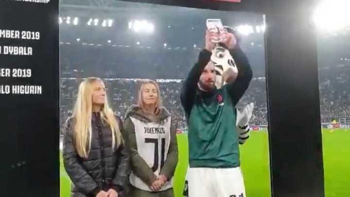 Gonzalo Higuaín recibió el MVP del mes