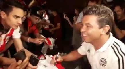 Gallardo firmando autógrafos y fotos con los hinchas