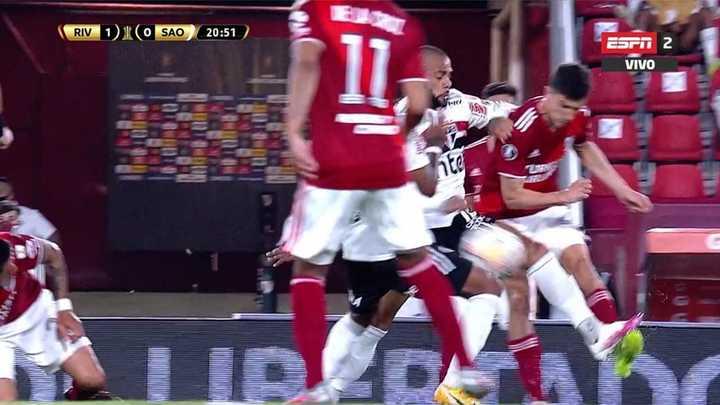 Dani Alves le pegó un tremendo planchazo a Nacho Fernández