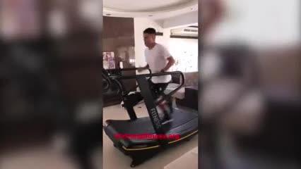 Juanfer corriendo en la cinta
