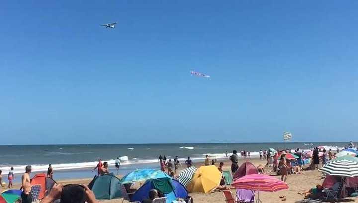 Un avión pasó en la playa con un mensaje para los hinchas de Boca