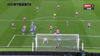 El tiro libre de Messi lo despejaron en la línea